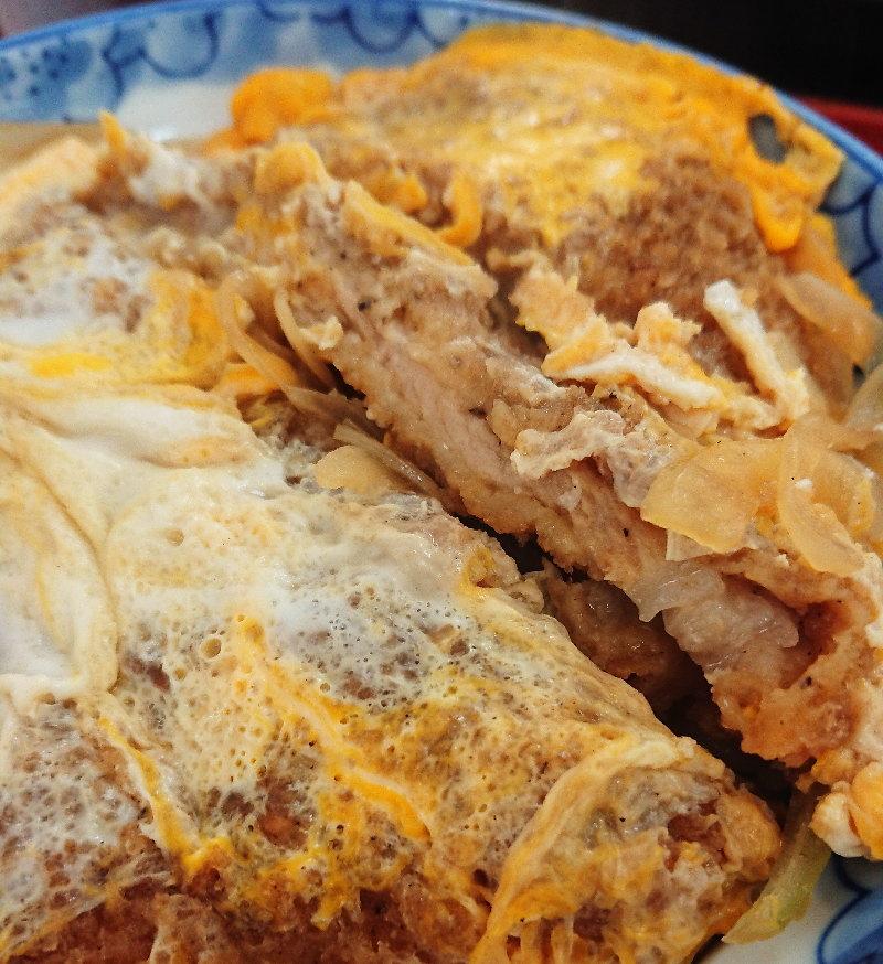 金龍亭のカツ丼のアップ